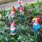 Gartenzwerge im Vorgarten zwischen Maiglöckchen