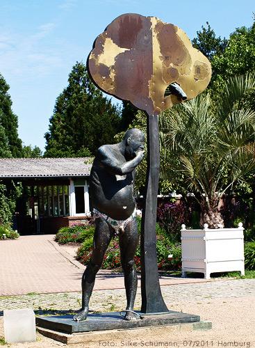 Adam vor dem Tor des Hamburger Botanischen Gartens