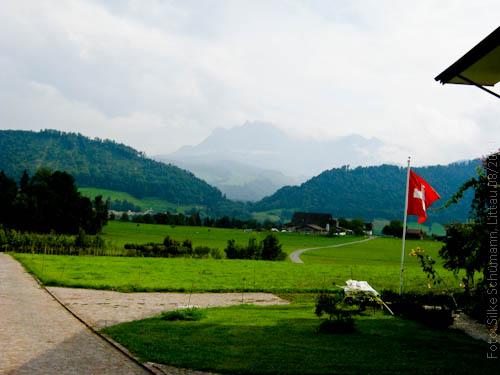 Blick über das Tal mit Schweizer Flagge
