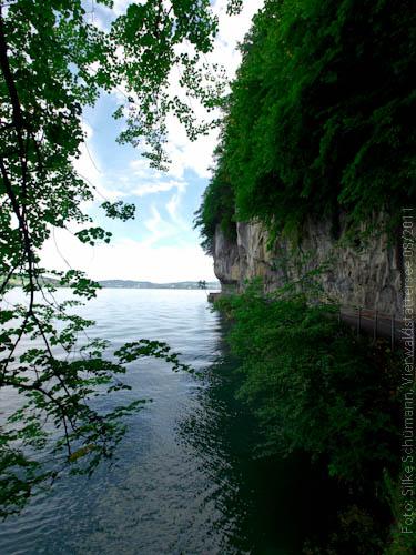 Straße nach Kehrsiten zwischen Fels und See